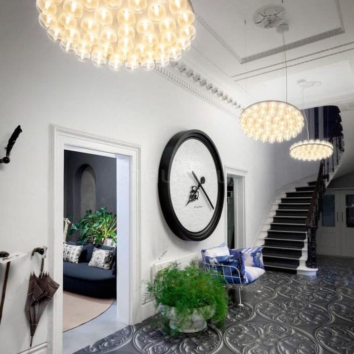деревянные часы в коридоре в стиле минимализм