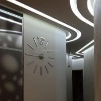 деревянные часы в коридоре в стиле кантри картинка
