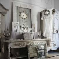 деревянные часы в спальне в стиле минимализм картинка