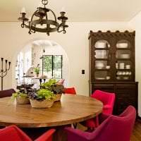 яркий дизайн гостиной в цвете фуксия фото
