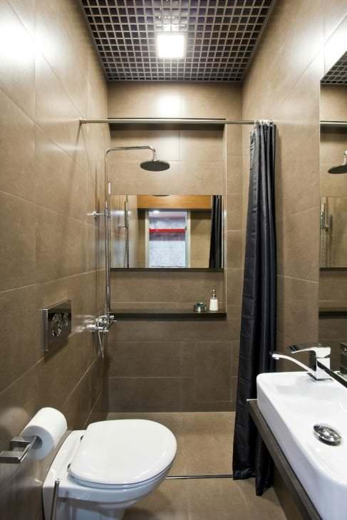 яркий декор ванной комнаты с душем в ярких тонах