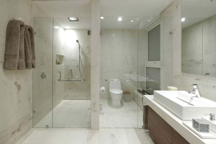 светлый интерьер ванной комнаты с душем в темных тонах
