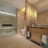 необычный декор ванной комнаты с душем в светлых тонах картинка