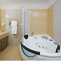 светлый интерьер ванной комнаты с душем в темных тонах фото