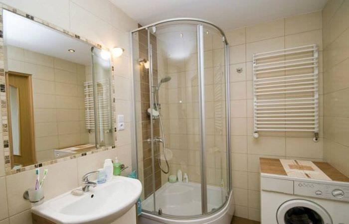 необычный дизайн ванной комнаты с душем в ярких тонах