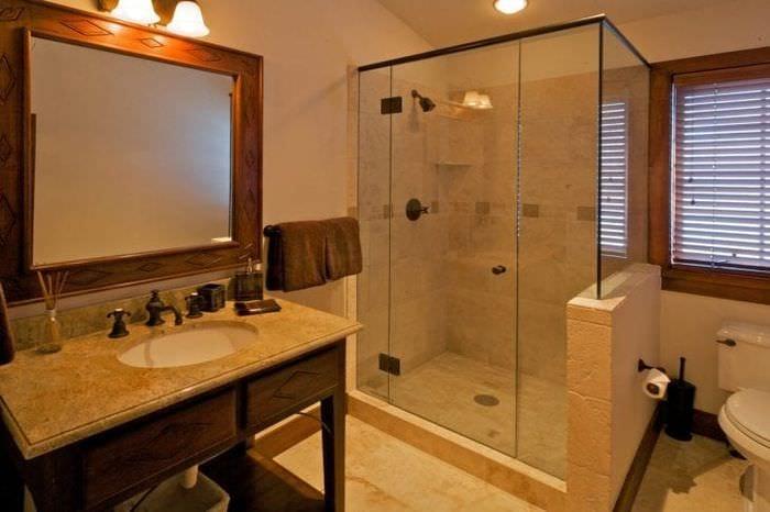 красивый декор ванной комнаты с душем в светлых тонах