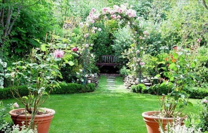красивый ландшафтный дизайн дачного участка в английском стиле с цветами