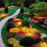 шикарный ландшафтный дизайн дачи в английском стиле с цветами картинка
