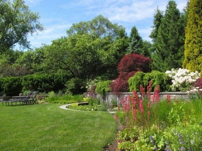 необычный ландшафтный дизайн сада в английском стиле с цветами