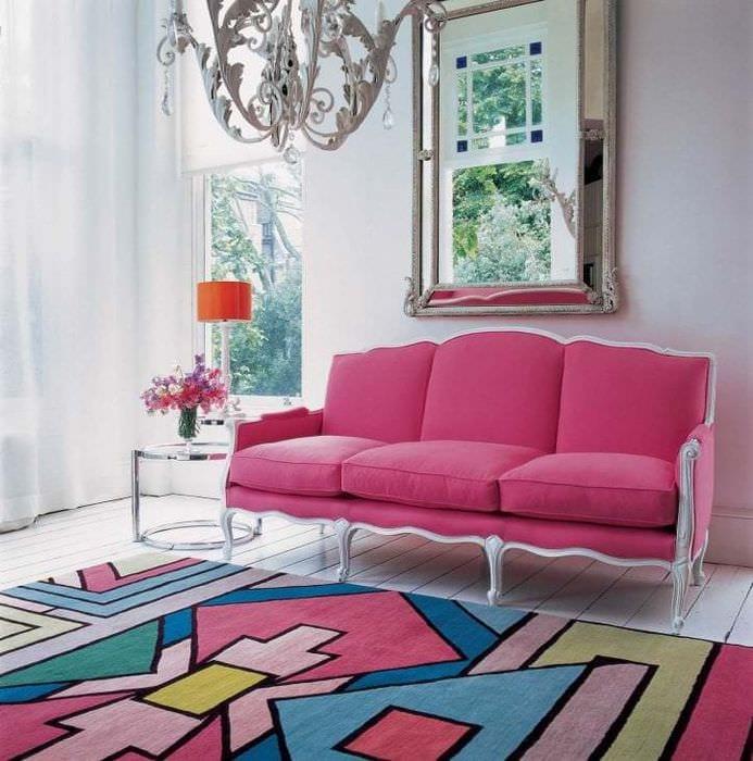 необычный декор гостиной в цвете фуксия