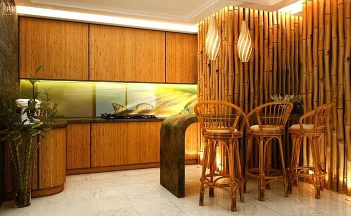 потолок с бамбуком в интерьере комнаты