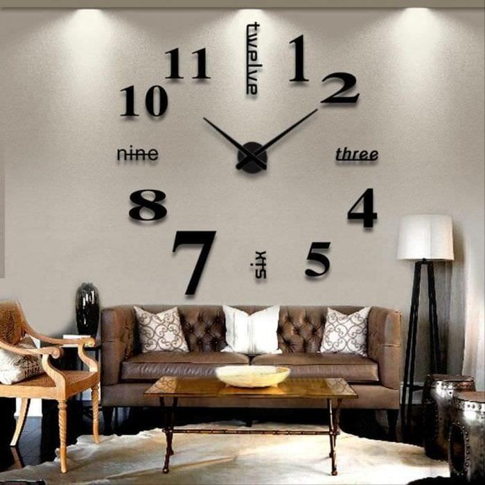 деревянные часы в гостиной в стиле кантри