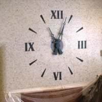 пластиковые часы в гостиной в стиле минимализм картинка