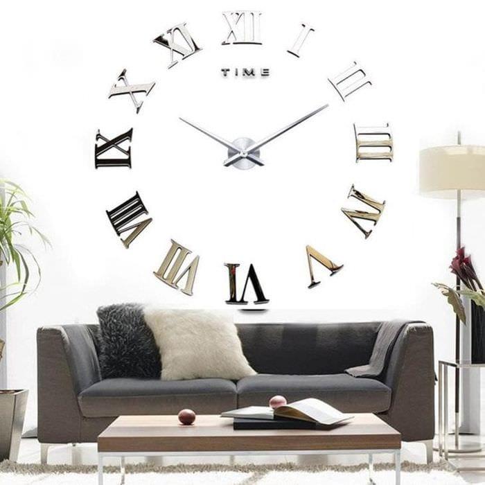 металлические часы в гостиной в стиле классика