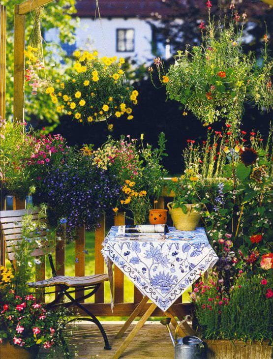 красивые цветы на балконе на перемычках интерьер