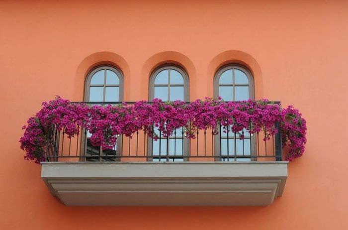 Как называются маленькие балкончики под окнами.