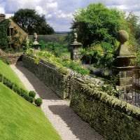 красивый ландшафтный декор дачи в английском стиле с деревьями фото