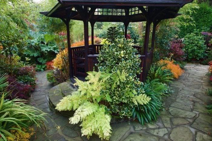 шикарный ландшафтный декор дачи в английском стиле с цветами