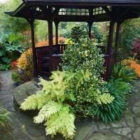 необычный ландшафтный декор двора в английском стиле с деревьями картинка