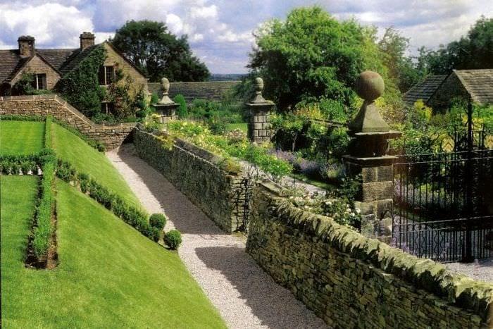 необычный ландшафтный декор дачи в английском стиле с цветами