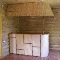 потолок с бамбуком в интерьере комнаты фото