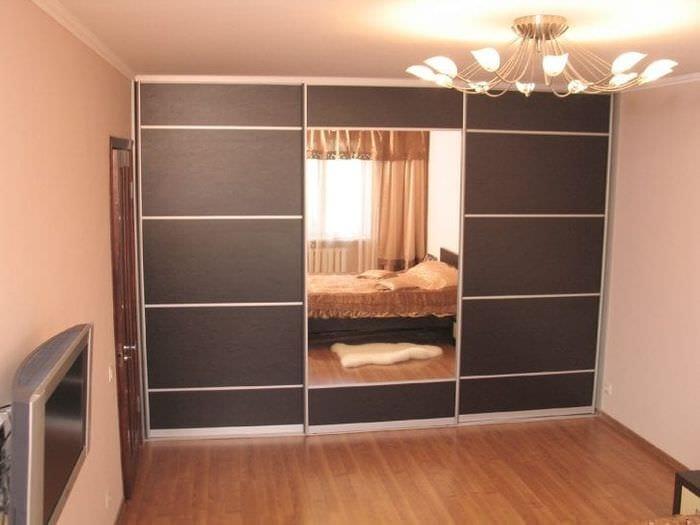 дизайн углового шкафа в гостиной из дерева