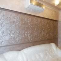 яркая пластиковая 3д панель в спальне фото