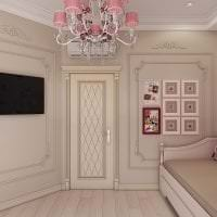 светлые двери в интерьере с оттенком розового картинка