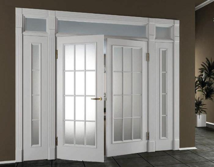 светлые двери в интерьере с оттенком темного