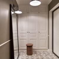белые двери в интерьере с оттенком коричневого фото