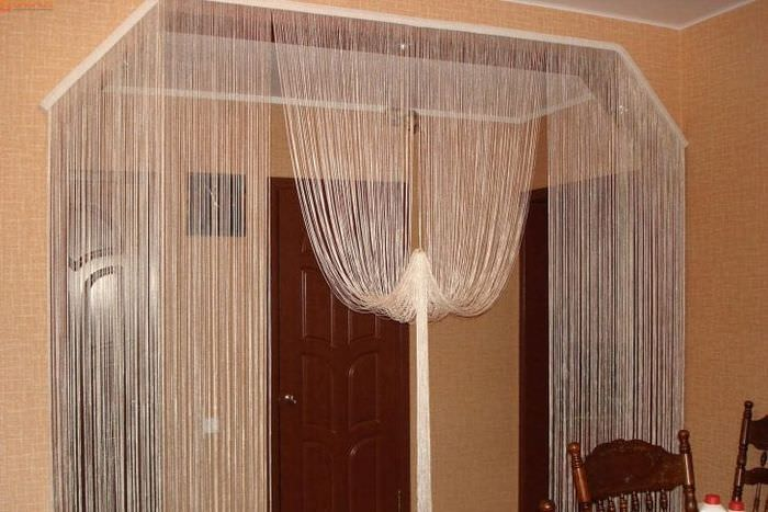 светлые шторы нити в стиле прихожей