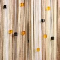 светлые шторы нити в дизайне кухни картинка