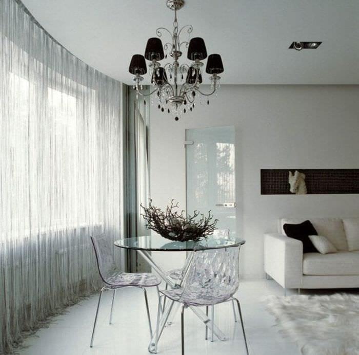 яркие шторы нити в дизайне коридора