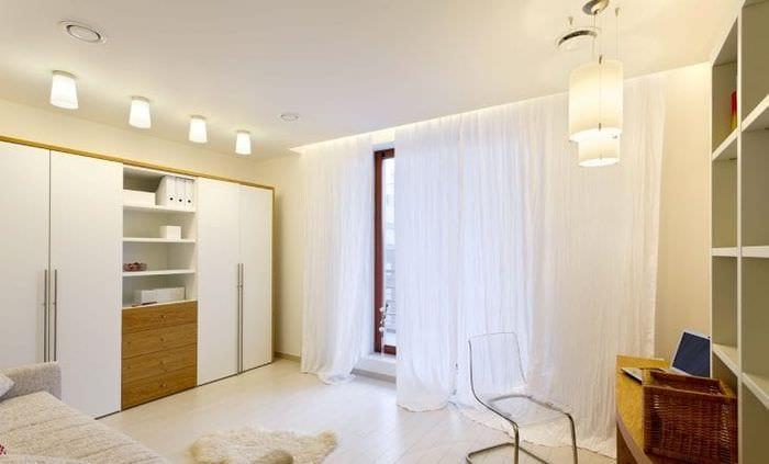 яркий белый пол в дизайне спальни
