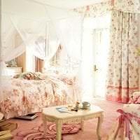 яркий декор спальни в стиле шебби шик картинка