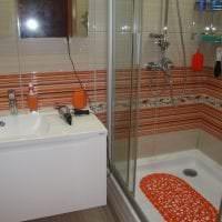 светлый интерьер ванной комнаты с душем в ярких тонах картинка