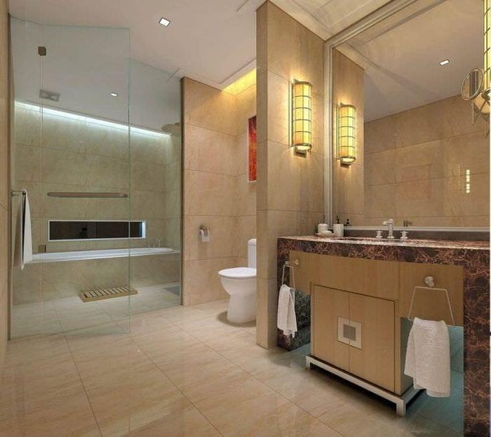 необычный интерьер ванной комнаты с душем в ярких тонах