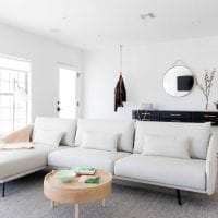 яркий диван в интерьере коридора фото