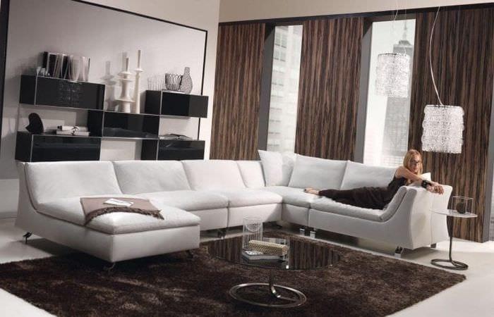 белый диван в стиле спальни