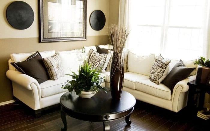 светлый диван в стиле прихожей