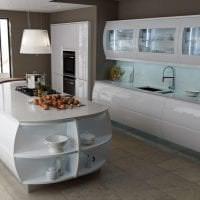 красивый дизайн белой кухни с оттенком голубого картинка