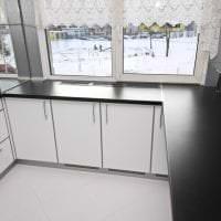 светлый дизайн белой кухни с оттенком серого картинка