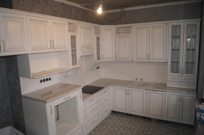 светлый дизайн белой кухни с оттенком голубого