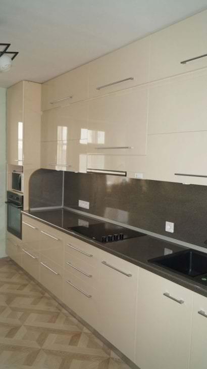 красивый интерьер бежевой кухни в стиле минимализм