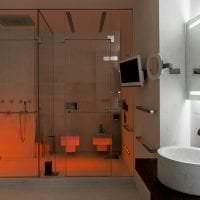 яркий дизайн ванной комнаты с душем в светлых тонах фото