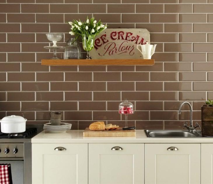 светлый фартук из плитки стандартного формата с изображением в дизайне кухни