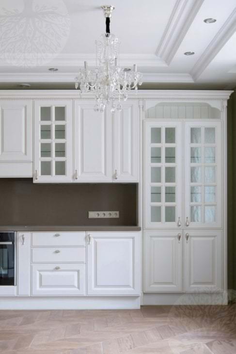красивый интерьер белой кухни с оттенком розового