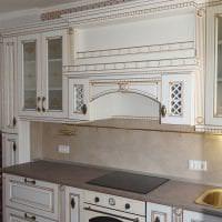 яркий стиль белой кухни с оттенком голубого картинка