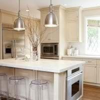 красивый интерьер бежевой кухни в стиле прованс картинка