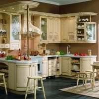 яркий дизайн бежевой кухни в стиле классика картинка